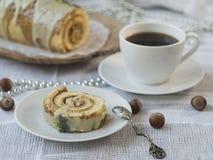 Торт крена известки губки рождества с маком и карамелькой на деревянном блюде с cu чая Торт журнала yule шоколада xmas или стоковое фото rf