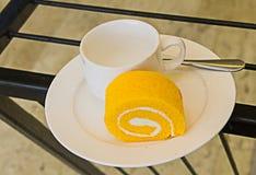 Торт крена и кофейная чашка Стоковое Изображение RF