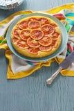Торт кукурузной муки рикотты апельсина крови на кухонном столе стоковая фотография rf