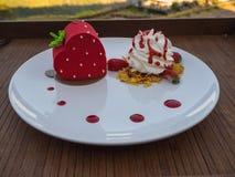 Торт клубники и взбивая сливк на деревянном столе Стоковая Фотография