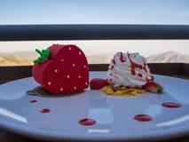 Торт клубники и взбивая сливк Стоковое фото RF