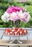 Торт клубники на деревенском деревянном столе Стоковые Фотографии RF