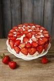 Торт клубники на стойке торта стоковое изображение