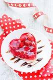 Торт клубники сформировал десерт сердца романтичный на день валентинки Стоковое Фото