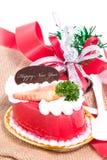 Торт клубники с колоколами и лента на мешковине. Стоковая Фотография