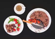 Торт клубники шоколада с свежими клубниками на черноте Стоковые Фотографии RF