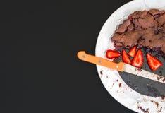 Торт клубники шоколада с свежими клубниками Стоковая Фотография