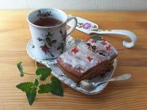 Торт клюквы украсил цветки kalanchoe при Мелисса, варя для вегетарианской диеты Стоковая Фотография