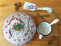 Торт клюквы украсил цветки kalanchoe с Мелиссой стоковые изображения rf