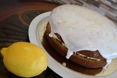 Торт лимона со своими ингредиентами стоковые фотографии rf