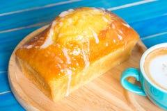 Торт лимона с свеже испеченным и свежим кофе дальше Голубой деревянный t Стоковая Фотография