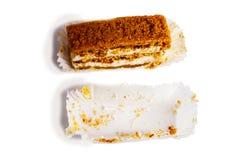 Торт лимона с сливк В бумажной салфетке белизна изолированная веником Стоковое Изображение RF