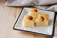 Торт манной крупы namoora Basbousa традиционный арабский с миндалиной Стоковые Фотографии RF