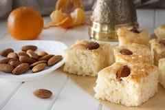 Торт манной крупы namoora Basbousa частей традиционный арабский Стоковые Фотографии RF
