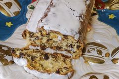 Торт марципана рождества Stollen традиционный немецкий на блюде стоковое изображение
