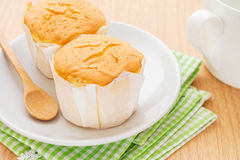 Торт масла на плите и кофейной чашке Стоковое Изображение RF