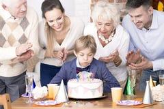 торт мальчика дня рождения дуя миражирует вне стоковое изображение rf