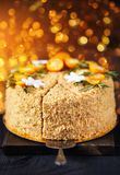 Торт меда рождества на золотом bokeh Стоковые Фотографии RF