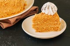 Торт меда с украшением меренги на верхней части служил на белом pla стоковые фотографии rf