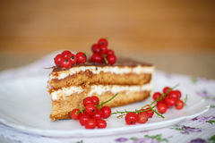 Торт меда с сливк и ягодами Стоковое Фото