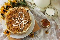 Торт меда торта с молоком Стоковые Фотографии RF