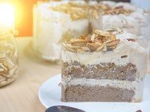 Торт миндалины кофе на деревянной таблице, селективном фокусе стоковое фото