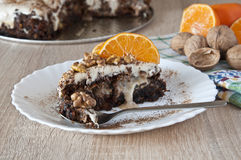 Торт моркови взбрызнутый с грецкими орехами и кусками мандарина Стоковое фото RF