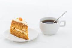 Торт моркови на белом блюде с горячим питьем Стоковое фото RF