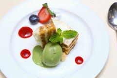Торт моркови слоя, мороженое зеленого чая Стоковое Фото