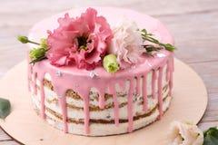 Торт моркови с розовой поливой Стоковое Фото