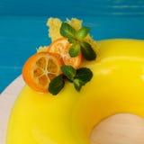 Торт мусса манго украшенный с кумкватами и мятой Стоковое фото RF