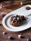 Торт мусса сливк шоколада со свежими ягодами вкусный десерт стоковая фотография rf