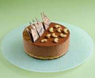 Торт мусса шоколада на бледной ой-зелен предпосылке Стоковая Фотография