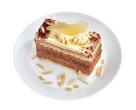 Торт мусса шоколада с сливк, какао, грушей и миндалиной на белом фарфоре с белой предпосылкой конец вверх стоковые фото