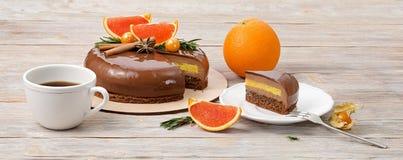 Торт мусса шоколада и кусок торта с красными апельсинами и A.C. Стоковые Изображения RF