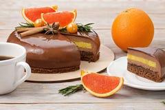 Торт мусса шоколада и кусок торта с красными апельсинами Стоковая Фотография RF