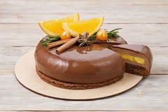 Торт мусса шоколада с апельсинами и поливой зеркала Стоковое фото RF
