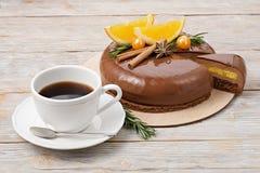 Торт мусса шоколада с апельсинами и чашкой кофе Стоковая Фотография RF