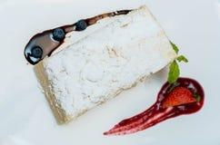 Торт Наполеона на белой плите с ягодами Стоковые Изображения