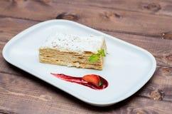 Торт Наполеона на белой плите с ягодами Стоковая Фотография RF