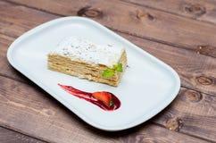 Торт Наполеона на белой плите с ягодами Стоковое фото RF