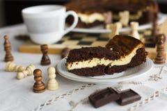Торт на белой плите, торт пирожного шоколада пирожного шоколада на белой плите Стоковое Изображение RF