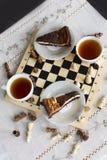 Торт на белой плите, торт пирожного шоколада пирожного шоколада на белой плите Стоковое Изображение