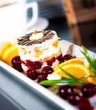 Торт на белой плите Стоковая Фотография RF