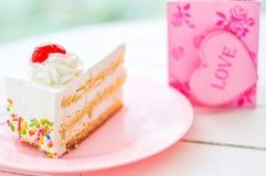 Торт на белой таблице Стоковые Изображения