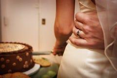 Торт на будучи отрезанной приеме по случаю бракосочетания Стоковые Фотографии RF