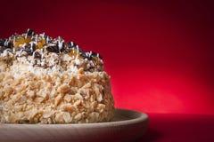 Торт на красной предпосылке стоковая фотография rf