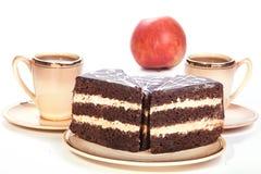Торт 2 на плиты с 2 чашками кофе Стоковое Изображение RF