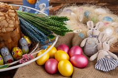 Торт пасхи и красочные яйца на праздничной таблице пасхи стоковые изображения rf
