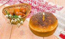 Торт пасхи и пасхальные яйца красные Стоковое Изображение RF